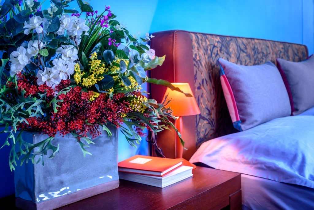 hoa giả trong phòng ngủ